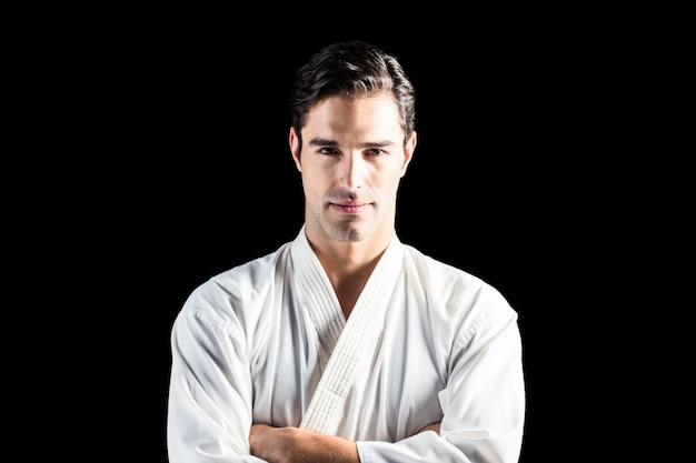 Retrato de luchador de pie sobre fondo negro