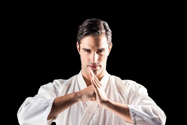 Retrato de luchador realizando saludo de mano
