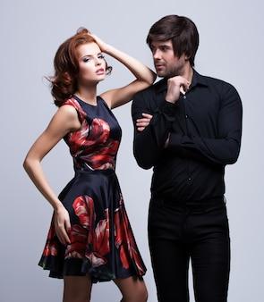 Retrato de lujo joven pareja enamorada posando vestida con ropa clásica