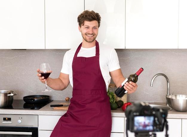 Retrato de un macho adulto grabando un video de degustación