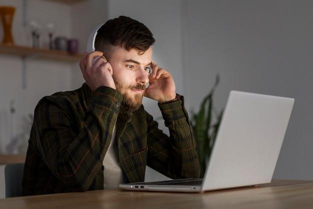 Retrato macho adulto haciendo trabajo remoto