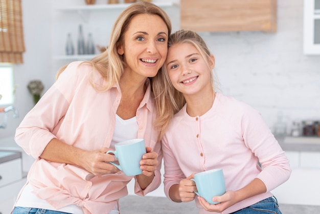 Retrato de madre e hija sosteniendo la taza