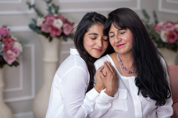 Retrato de una madre mexicana y su hija abrazándose en el día de la madre