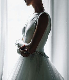 Retrato de la mañana de la novia. novia vestida como una balerina se levanta b