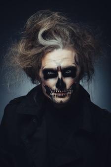 Retrato de maquillaje de calavera de joven