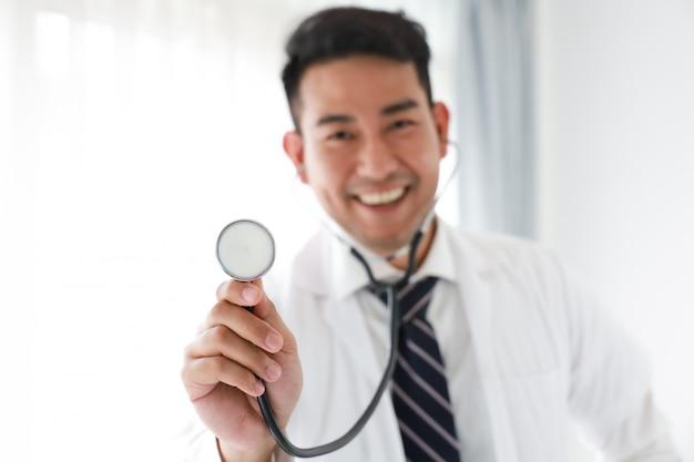 Retrato de médico asiático en hospital blanco