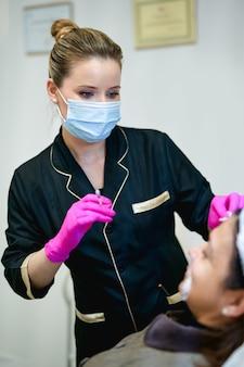 Retrato de médico esteticista con jeringa en mano