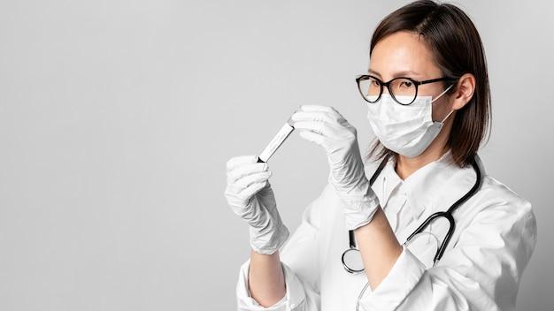Retrato de médico con mascarilla quirúrgica y estetoscopio