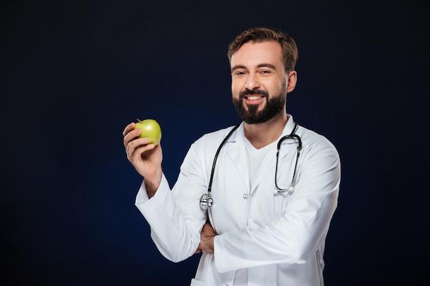 Retrato de un médico masculino feliz vestida con uniforme