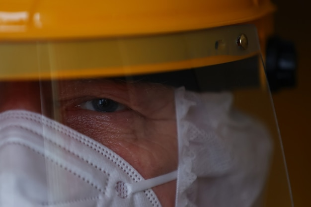 Retrato de un médico con un traje de protección que trabaja con pacientes virales