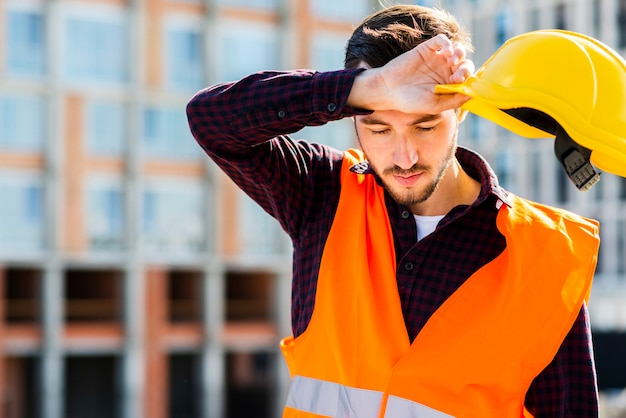 Retrato medio del trabajador de construcción cansado