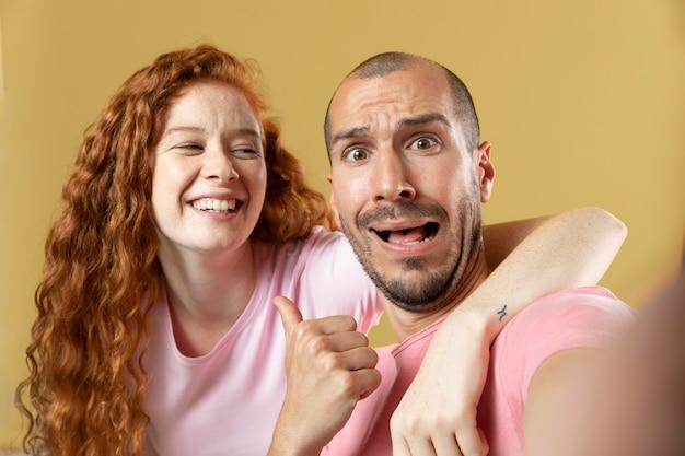 Retrato de mejores amigos de hombre y mujer joven