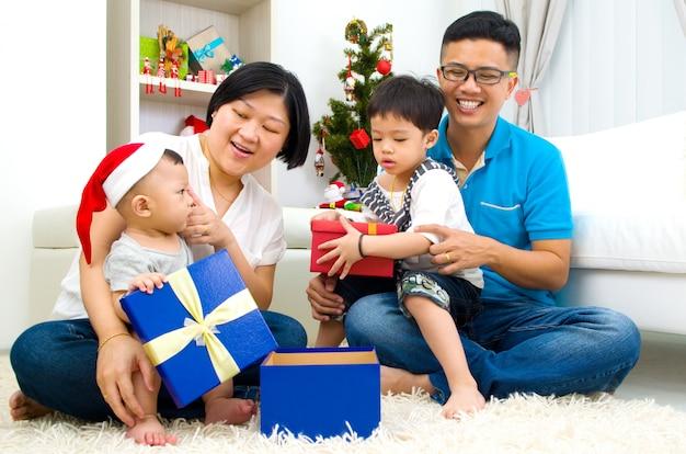 Retrato de miembros de la familia felices en la víspera de navidad