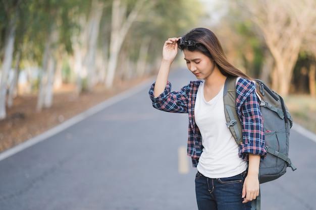 Retrato del mochilero asiático feliz joven de los viajeros de la mujer