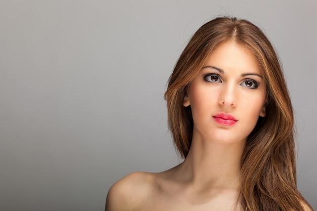 Retrato de moda de una bella mujer