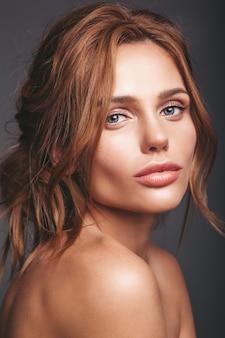 Retrato de moda de belleza de la joven modelo rubia con maquillaje natural y piel perfecta posando