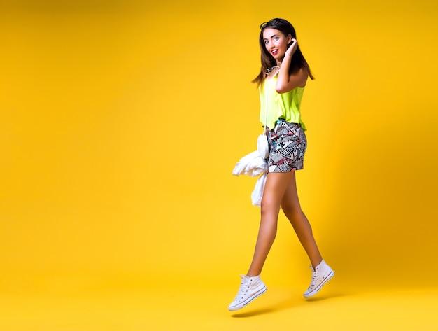 Retrato de moda brillante positivo de mujer joven y bonita, elegante traje de neón de moda, elegante casual, lindo emociones, color pop
