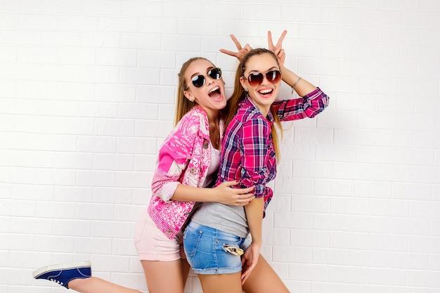 Retrato de moda de dos amigos posando. estilo de vida moderno