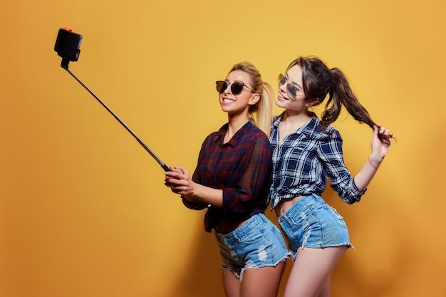 Retrato de moda de dos amigos posando.