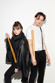 Retrato de moda de dos jóvenes adolescentes bastante hipster de cerca