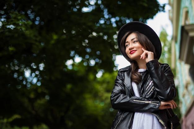 Retrato de moda de estilo de vida soleado de verano de joven asiática caminando por la calle, vistiendo lindo traje de moda