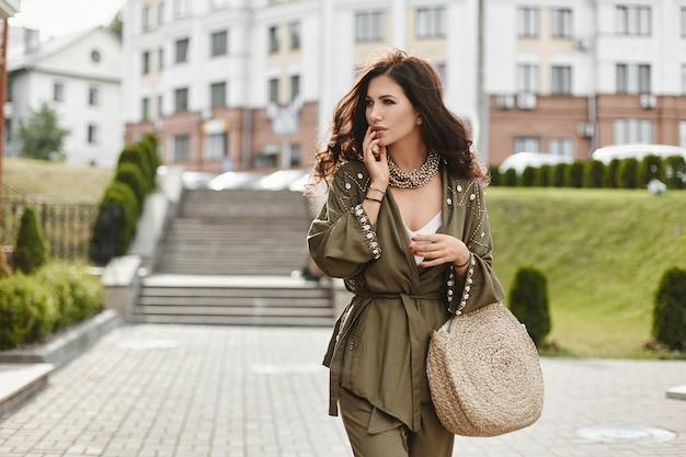 Retrato de moda de estilo de vida de verano de una mujer joven caminando por la calle, disfrutar de sus fines de semana mientras viaja.