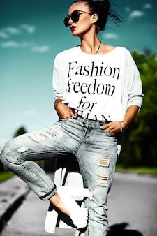 Retrato de moda de glamour elegante hermosa divertida loca joven modelo con labios rojos en verano brillante colorido hipster jeans ropa en gafas de sol