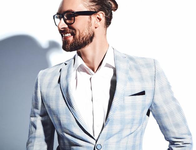 Retrato de moda guapo elegante hipster empresario modelo vestido con elegante traje azul claro en gafas en blanco.