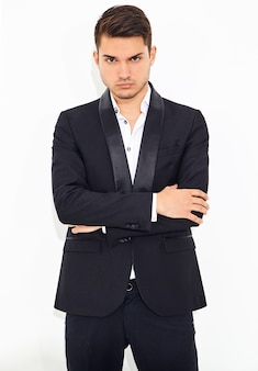 Retrato de moda guapo elegante hipster empresario modelo vestido con elegante traje clásico negro