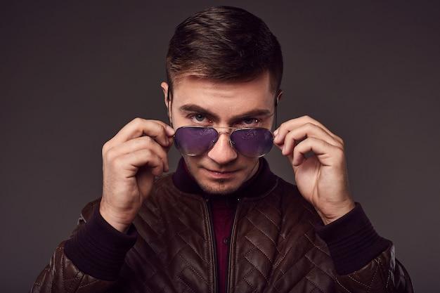 Retrato de moda de hombre guapo joven