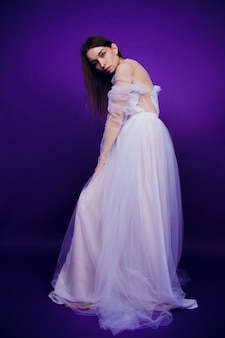 Retrato de moda joven elegante vestido blanco. hermosa mujer con rojo y azul. chica en neón.