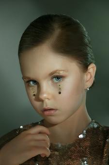 El retrato de moda de joven hermosa preadolescente en estudio