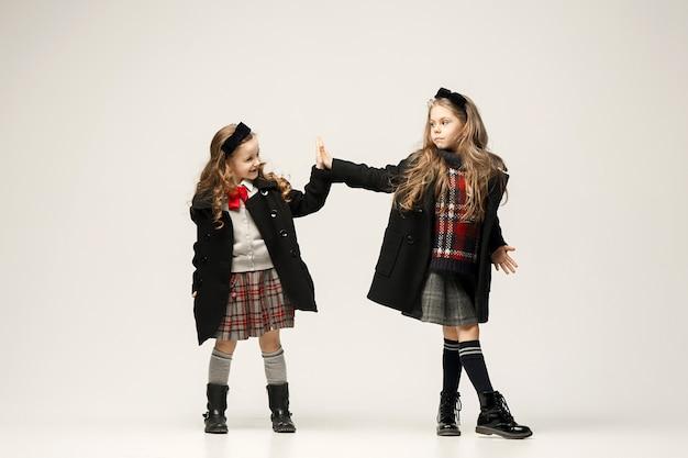 El retrato de moda de jóvenes hermosas chicas adolescentes en el estudio