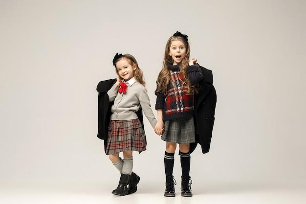 El retrato de moda de jóvenes hermosas chicas adolescentes en vestido. los conceptos de belleza, moda, brillo, maquillaje y brillo. modelos caucásicos