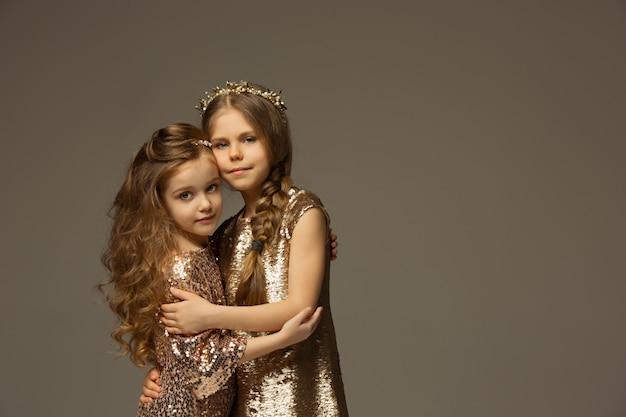 El retrato de moda de jóvenes hermosas chicas adolescentes