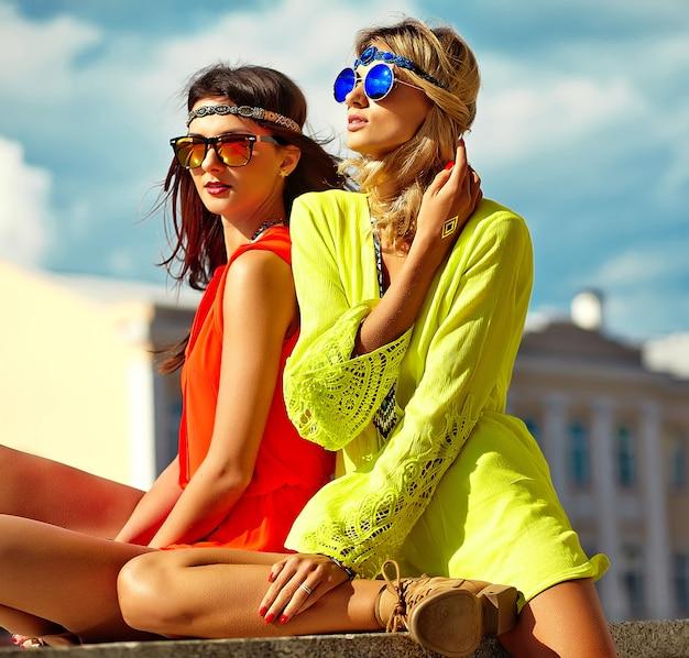 Retrato de moda de modelos de mujeres jóvenes hippie en día soleado de verano en ropa hipster colorido brillante