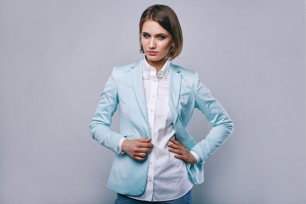 Retrato de moda de mujer elegante joven en chaqueta de hombre azul