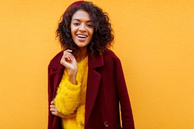 Retrato de moda de mujer elegante en lindo suéter esponjoso