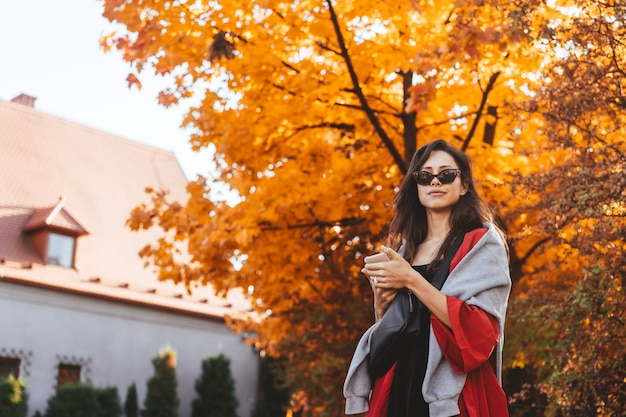 Retrato de moda de mujer hermosa en el parque otoño