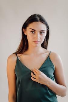 Retrato de moda de mujer joven elegante