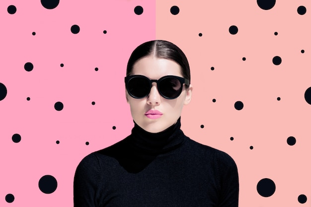 Retrato de moda de una mujer joven con gafas de sol negras