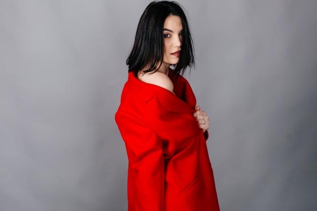 Retrato de moda de mujer joven hermosa