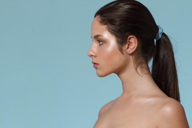 Retrato de moda de mujer joven con maquillaje natural.