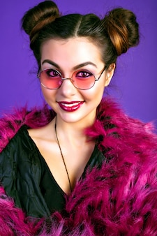Retrato de moda de mujer morena alegre, posando en traje de rencor de moda, chaqueta de piel sintética, maquillaje. labios sexy llenos