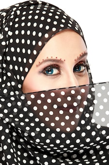 Retrato de moda de mujer musulmana hermosa joven con pañuelo negro