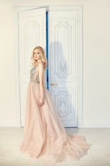 Retrato de moda mujer en vestido de noche hermoso