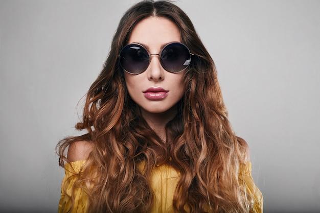 Retrato de moda de verano brillante estudio de elegante bella mujer
