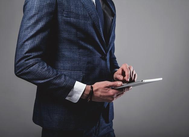 Retrato del modelo de empresario de moda guapo vestido con elegante traje azul