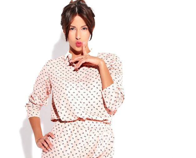 Retrato del modelo lindo hermoso de la mujer morena en ropa casual del verano sin maquillaje aislado en blanco. pensando