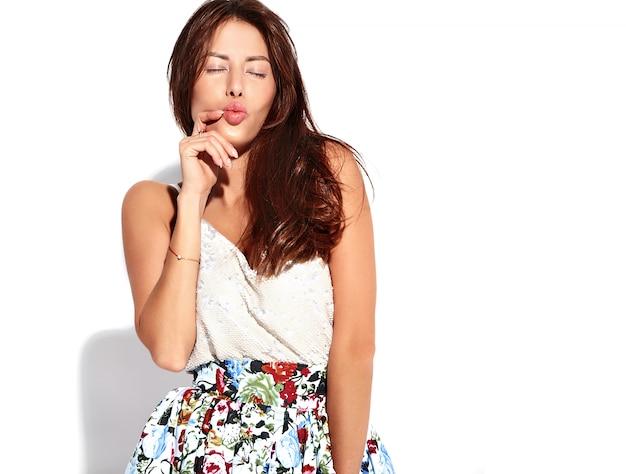 Retrato modelo morena linda hermosa mujer en ropa casual de verano sin maquillaje aislado en blanco. dando beso de aire